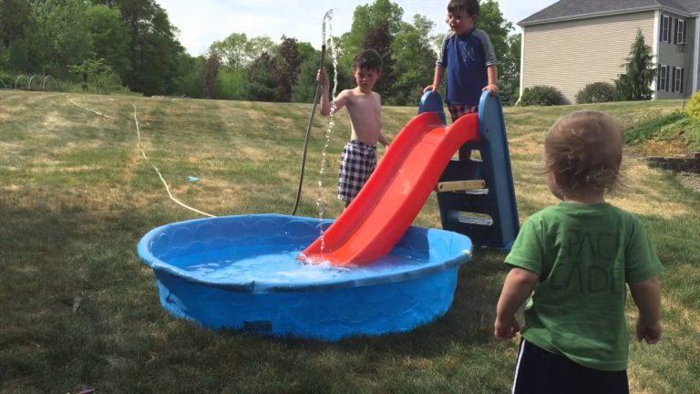Bebek Havuzunda Eğlenen Çocuklar