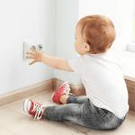 Bebek ev güvenlik ürünleri kategorisinde yer alan priz koruyucu kapak, çocuklarınızın prizle oynamasını engellemenize yardımcı olur.