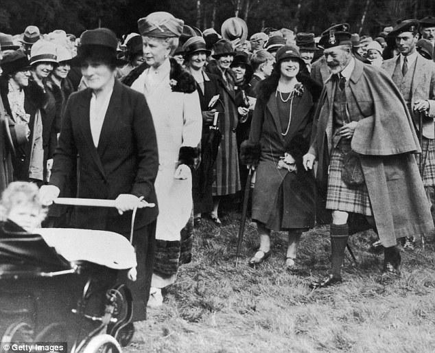 İngiliz Kraliçesi Queen Elizabeth II, Silver Cross Marka bebek arabasında seyahat ederken objektiflere gülümsüyor.