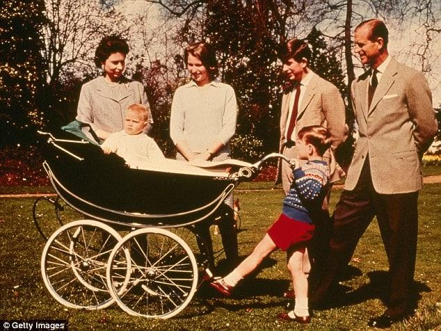 Queen Elizabeth II, bu kez oğlu Prince Edward'ı Silver Cross bebek arabasıyla gezintiye çıkarıyor.